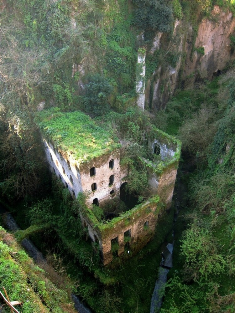 30 abandoned structures that evoke more than just decay (4/4)