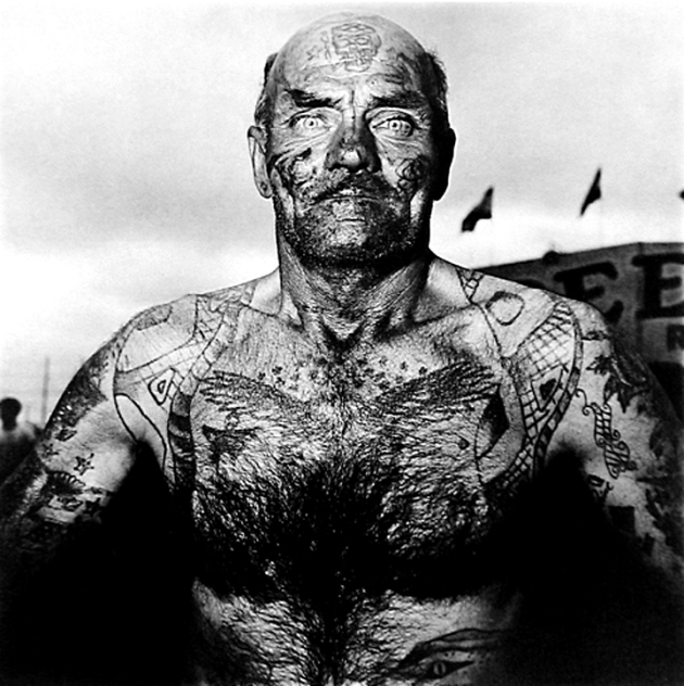 Diane Arbus MD 1970, Tattooed man at a carnival