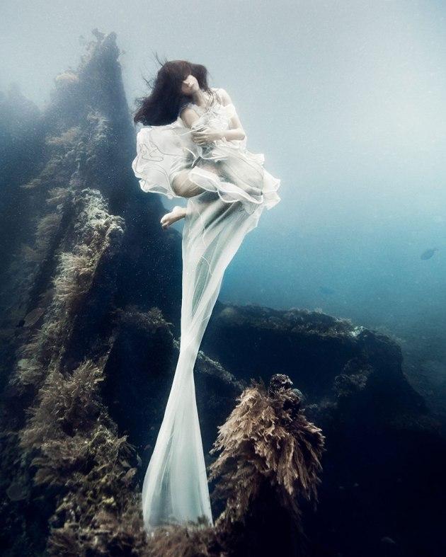 bali-shipwreck-divers-underwater-photoshoot-benjamin-von-wong-2