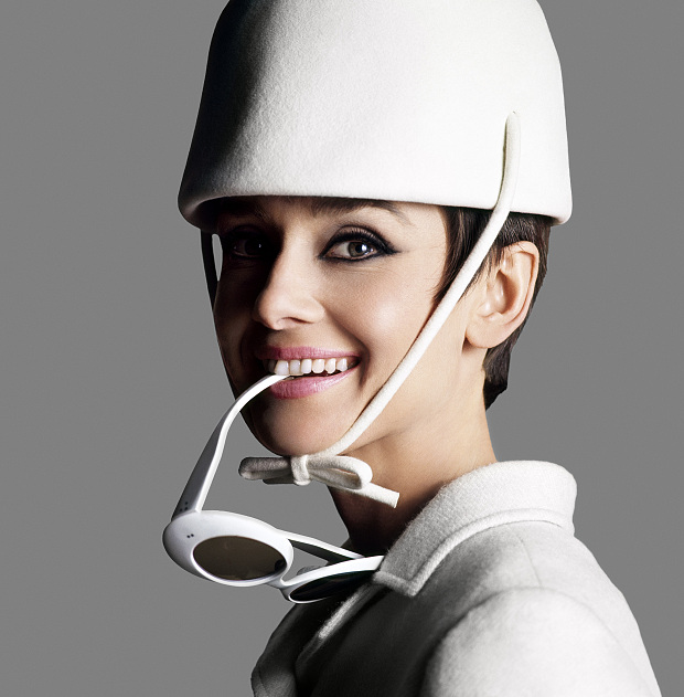AUDREY HEPBURN: PORTRAITS OF AN ICON 2 July – 18 October 2015, National Portrait Gallery, London *IMAGE TO PROMOTE EXHIBITION ONLY* ... Audrey Hepburn dressed in Givenchy with sunglasses by Oliver Goldsmith by Douglas Kirkland,  1966 © Iconic Images/Douglas Kirkland