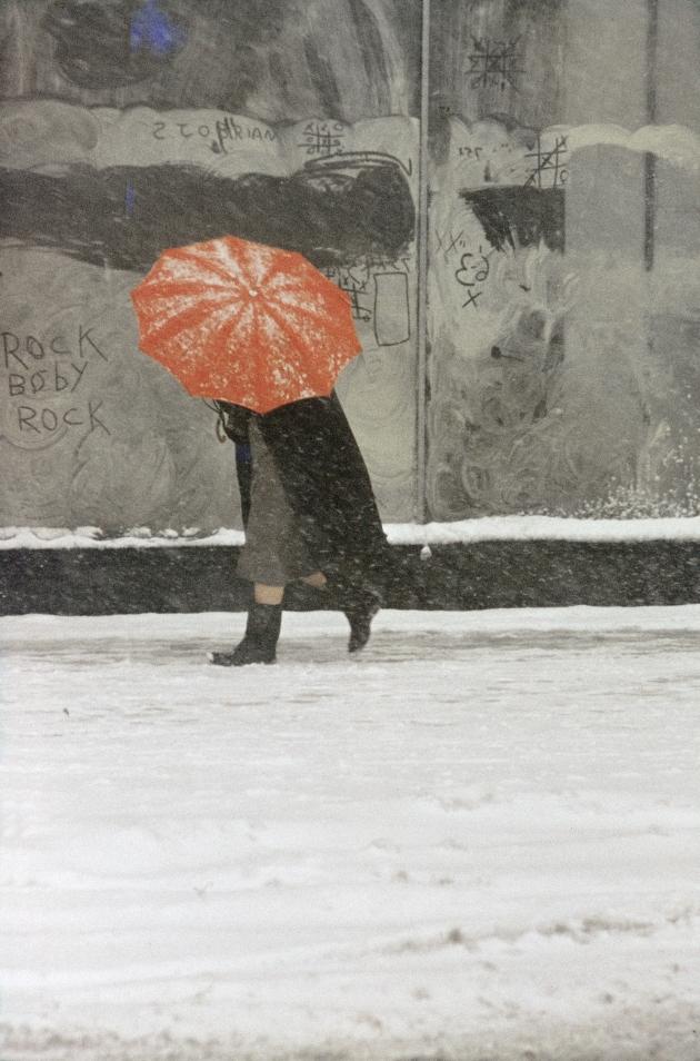 """Saul Leiter: Red Umbrella, ca. 1958 © Saul Leiter, Courtesy Howard Greenberg Gallery, New York. Aus der Ausstellung """"Saul Leiter-Retrospektive"""", Deichtorhallen Hamburg 3.2.-15.4.2012."""